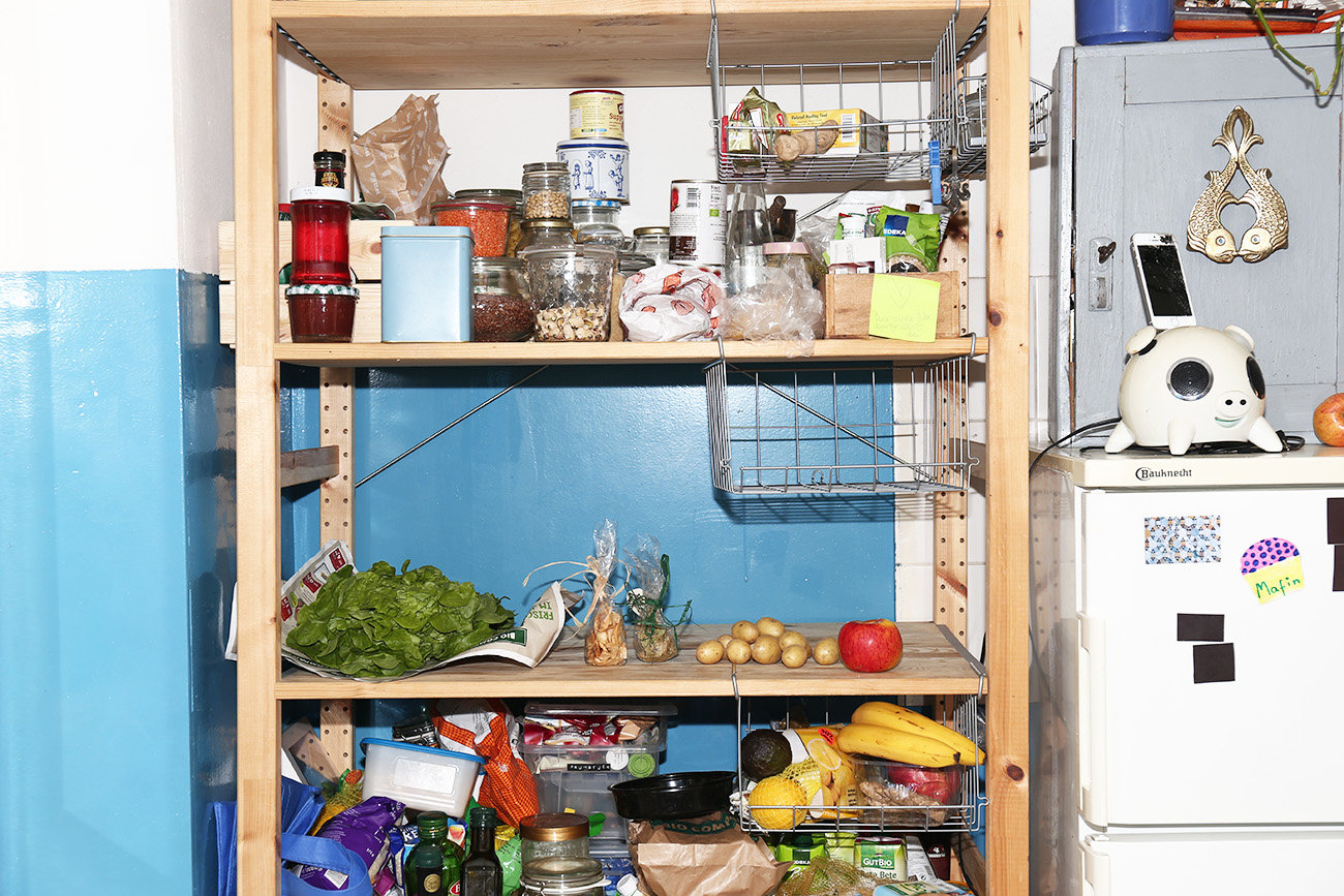 Leergeräumtes Küchenregal