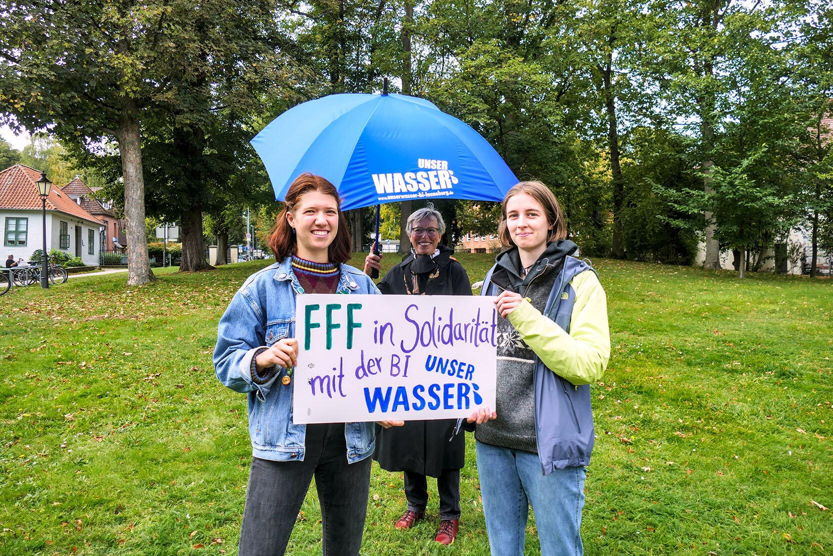 Marianne Temmesfeld von der BI mit FFF Aktivistinnen (Foto: Lisa Steinwandel)