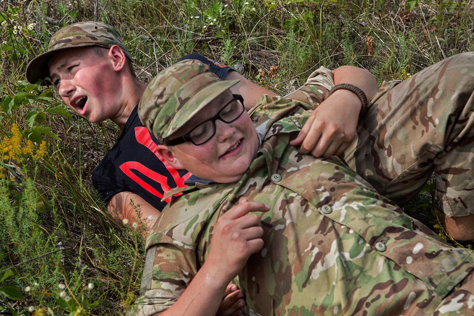 Kinder bei einer Militärübung