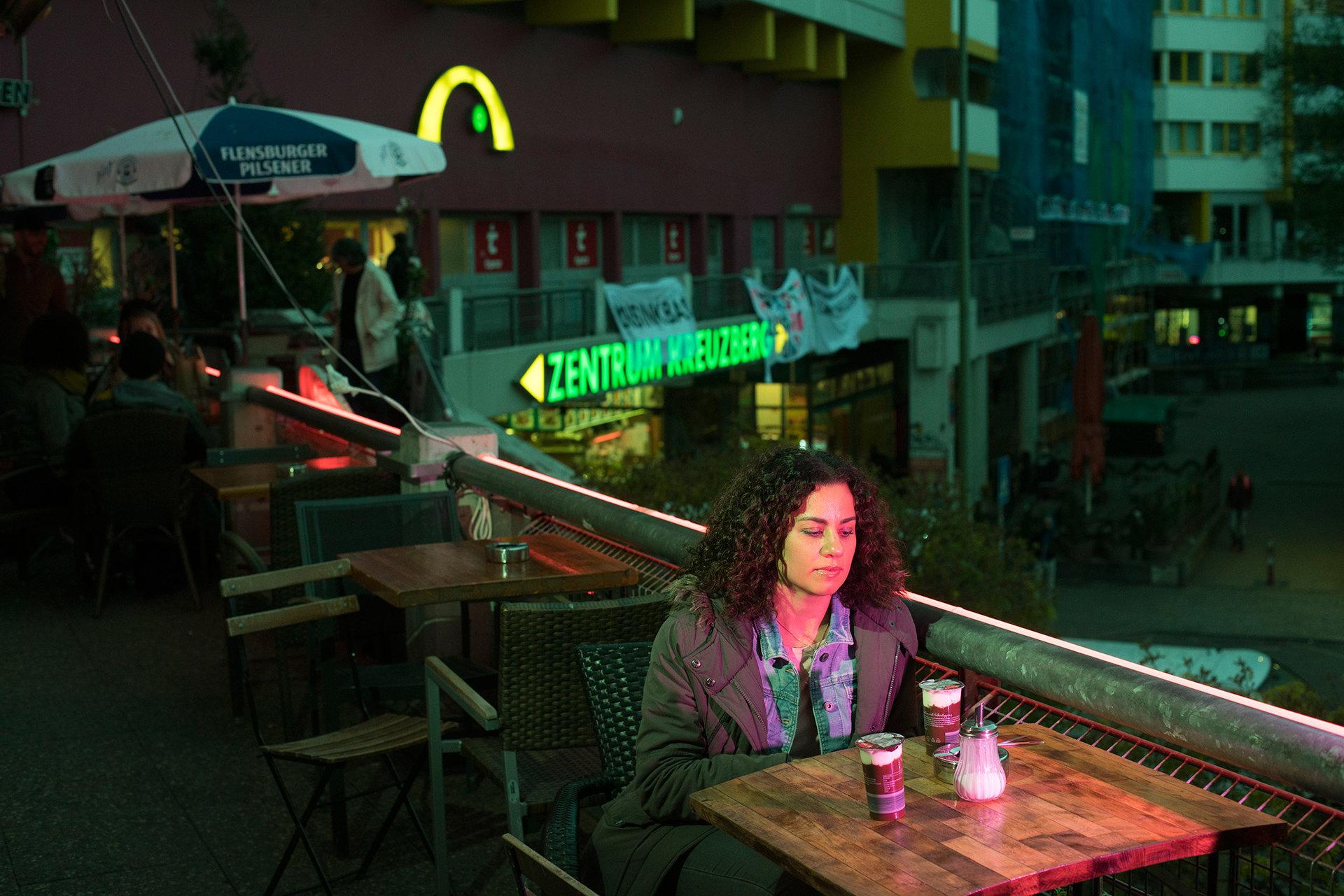 Orit isst Schokopudding im Cafe Kotti