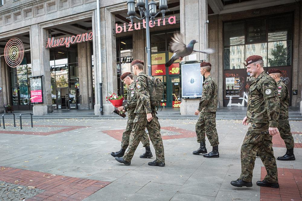 """Bei wichtigen Anlässen tragen die Strzelec eine """"Galauniform"""". Wenn man sich in der Öffentlichkeit bewegt, wie hier in Warschau, muss alles stimmen"""