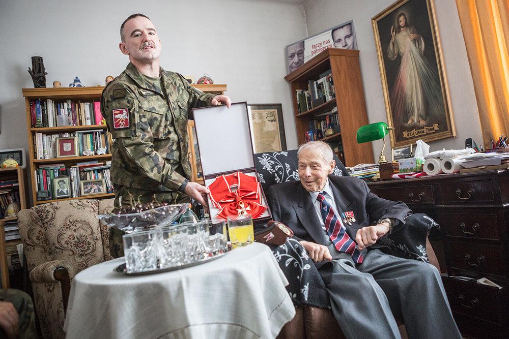 Janusz Brochwicz Lewiński (* 17.09.1920, † 05.01.2017 ) ist ein Kriegsheld. Er kämpfte im zweiten Weltkrieg gegen die Deutschen und in der kommunistischen Zeit Polens für die Britische Armee in der ganzen Welt