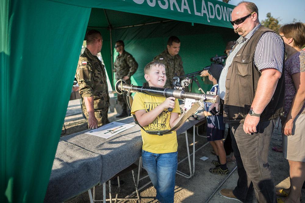 """Am """"Armed Forces Day"""" in Warschau schultert ein Junge eine Panzerbüchse russischer Bauart """"RPG"""". An diesem Nationalfeiertag stellt die Armee aus, was sie zu bieten hat und Paramiltärs werben um Mitglieder"""