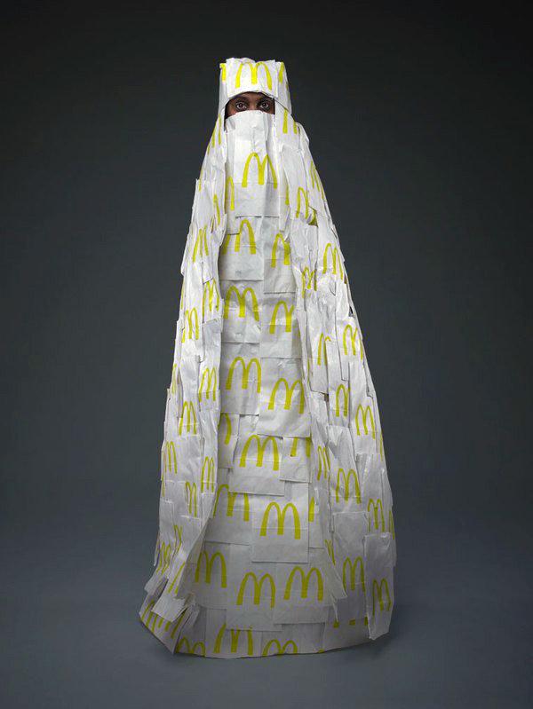 Frau In McDonalds Burka (Foto: Phillip Toledano)