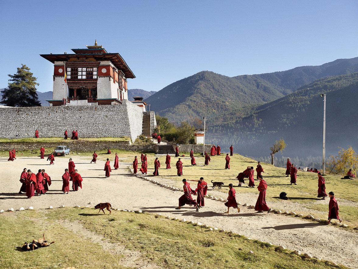 Kinder spielen auf einem Schulhof in Bhutan