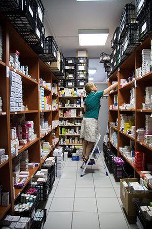 Die Sozialklinik verfügt über eine große Apotheke. Rund die Hälfte der Medikamente kommt aus Deutschland. In Hamburg hat sich sogar ein Verein gegründet, um Medikamenteneinkäufe zu organisieren (Foto: Constantinos Stathias)