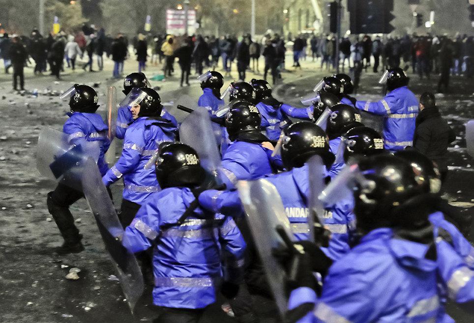 Polizisten bei einer Demonstration in Bukarest (Fotos: Vadim Ghirda/picture alliance/AP Photo)