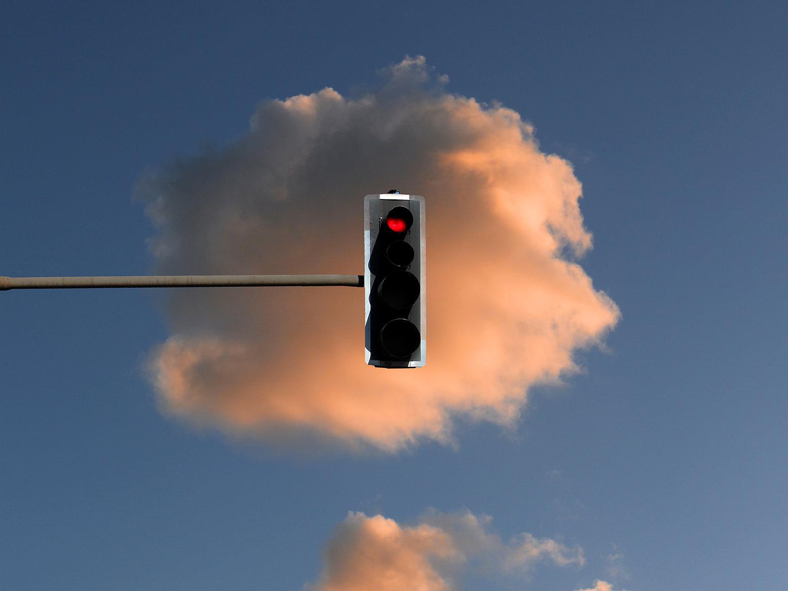 Rote Ampel vor einer Wolke (Sam Johnson)