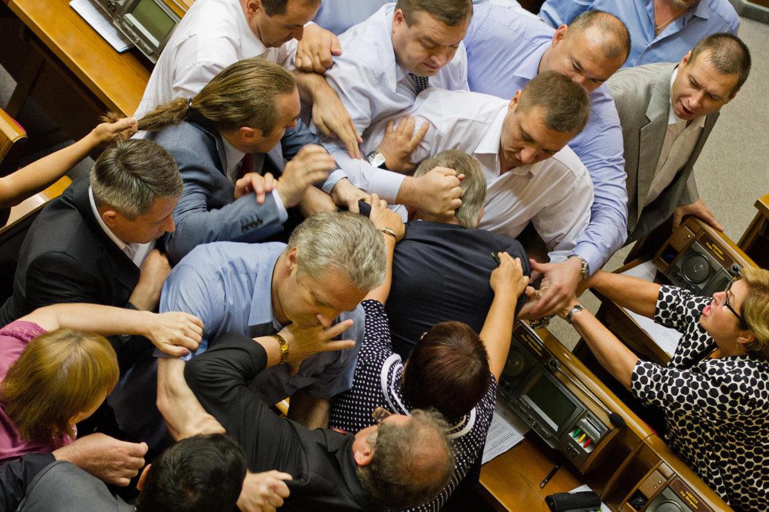 Schlägerei im Ukrainischem Parlament (Foto: Sergii Kharchenko/NurPhoto/ZUMA Wire/Alamy )