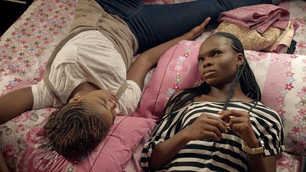Zwei Frauen liegen auf einem Bett (Foto: MTV)