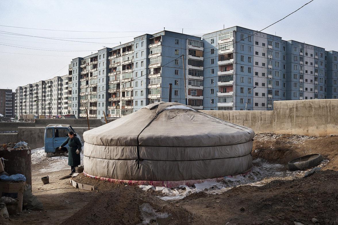 """""""Gher"""", das klassische Zelt der mongolischen Landbevölkerung steht im Schatten großer Wohnhäuser"""