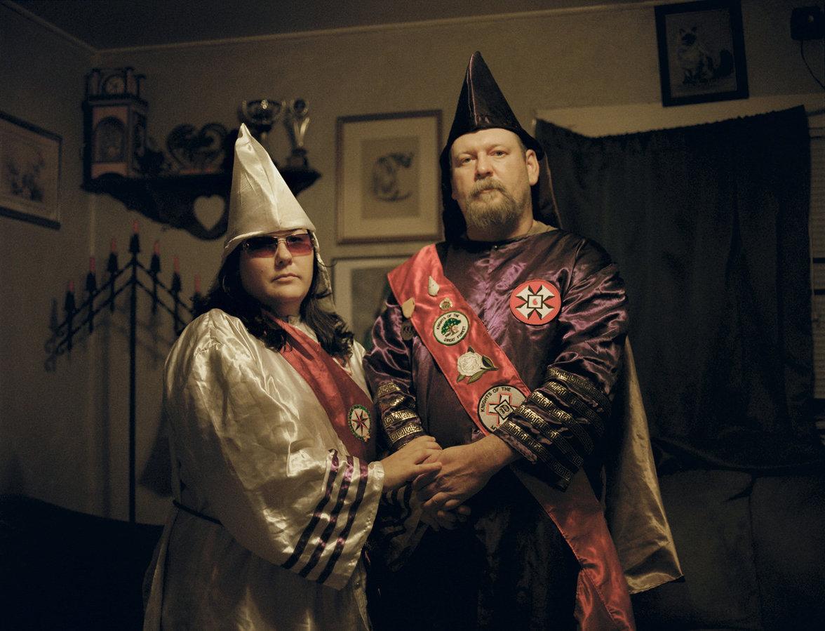Amanda Barker Hand in Hand mit ihrem Mann Chris Barker, beide in ihrer KKK-Uniform