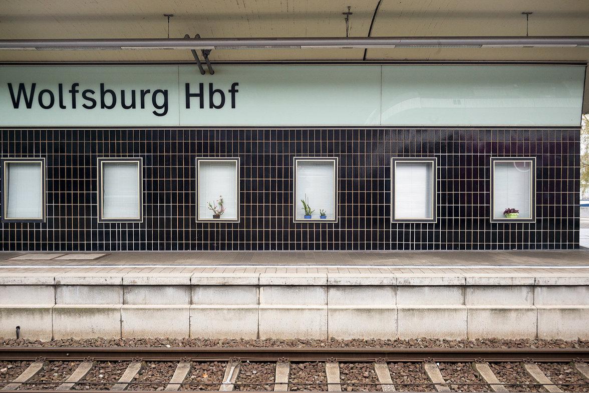 Der ICE Bahnhof in Wolfsburg liegt auf der Strecke von Hannover nach Braunschweig und Berlin. Die Gebäude am Bahnsteig greifen die Gestaltung auf, die der französische Künstler Daniel Buren für den Boden des Bahnhofsgebäudes entwickelt hat