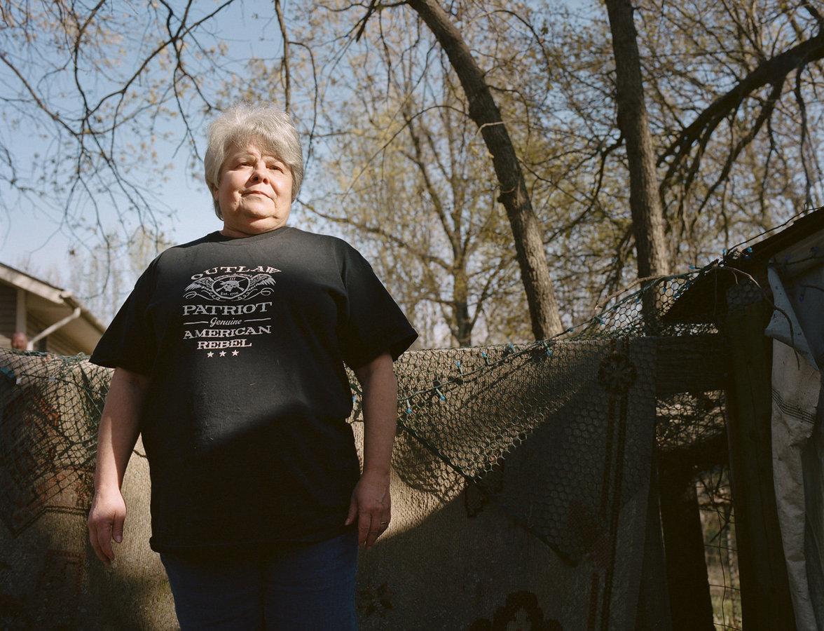 Cathey, die sich für privaten Waffenbesitz einsetzt, steht im Garten