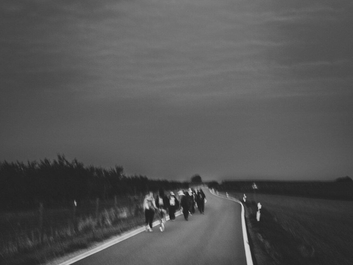 Rumänische Saisonarbeiter laufen um 6 Uhr Früh von ihrer Containerunterkunft zum Feld