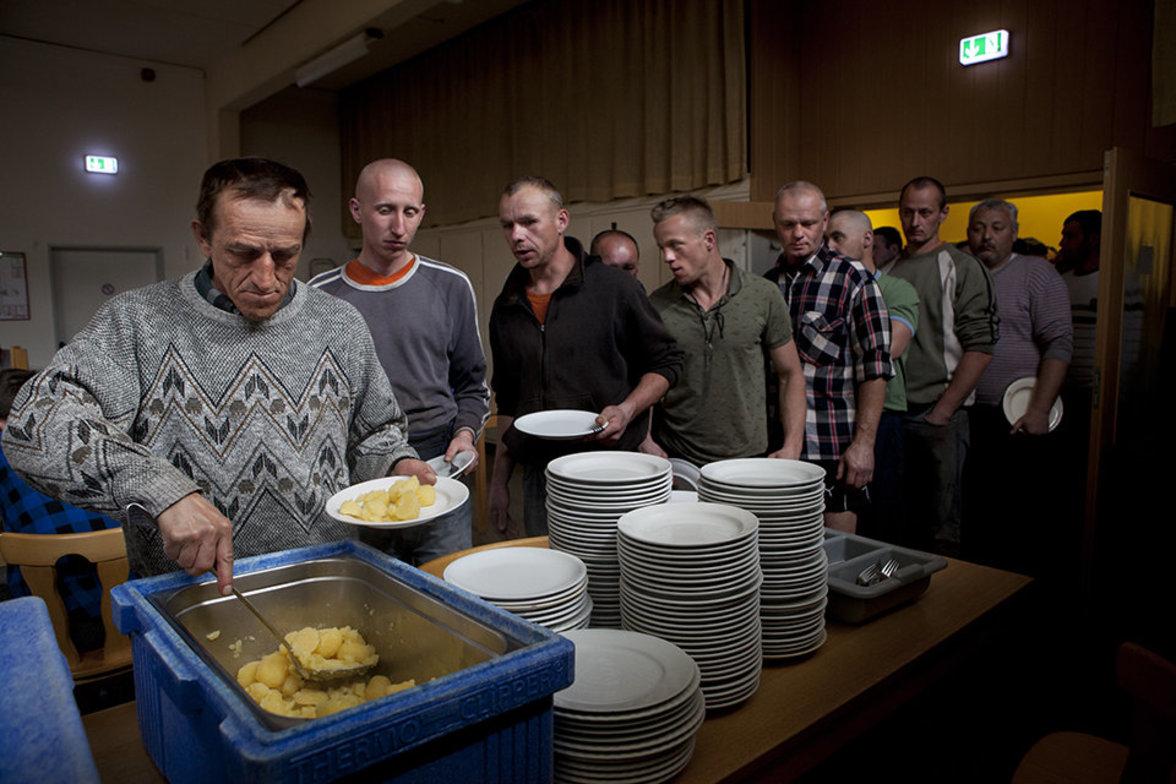 Saisonarbeiter bei der Essensausgabe