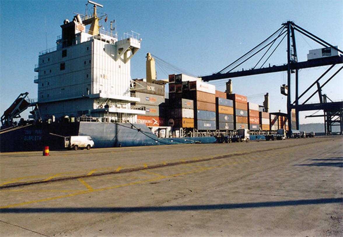 """Wegen ihres Tiefgangs wird die """"CSAV Peru"""" nie in ihrem Heimathafen festmachen können. Hier liegt sie in Antwerpen, die Lösch- und Ladearbeiten sind fast beendet. Da kommt …"""