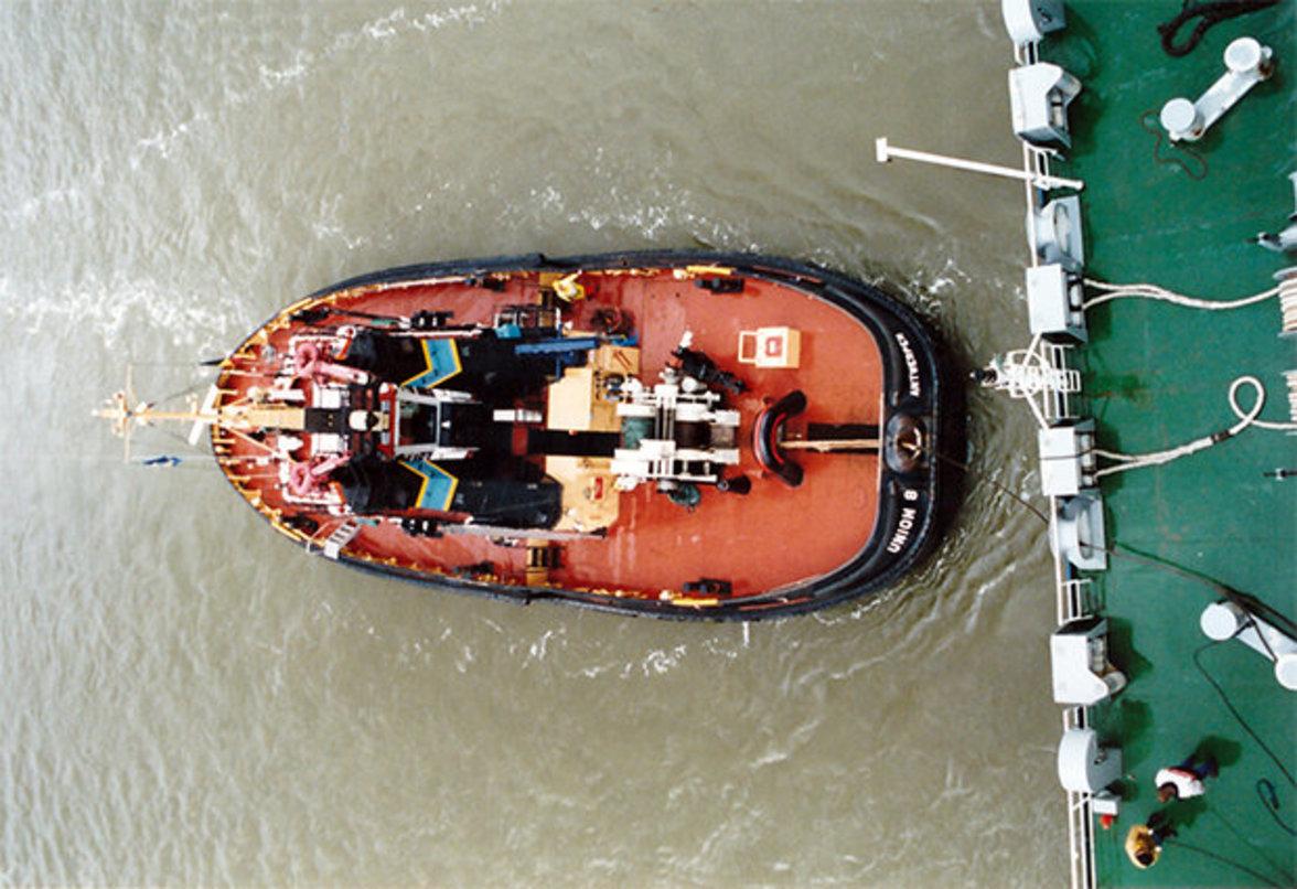 … übernehmen Schlepper die Leinen und bugsieren das Schiff aus dem Hafenbecken. Sind die anstrengenden europäischen Häfen …