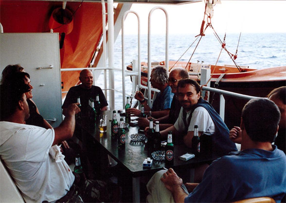 … und der Englische Kanal absolviert, verläuft das Bordleben in ruhigeren Bahnen. Schiffsführung und Passagiere treffen sich zum Feierabendbier neben dem Arbeitsboot. Gleichzeitig laufen …