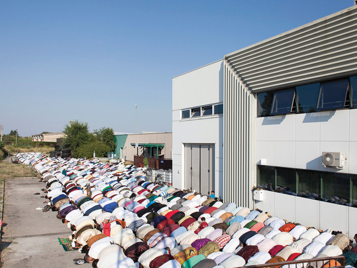 Open-Air-Andacht: Jeden Freitag rollen die Mitglieder der islamischen Gemeinde von Trevino ihre Gebetsteppiche auf dem Asphalt vor dem Gebäude aus.