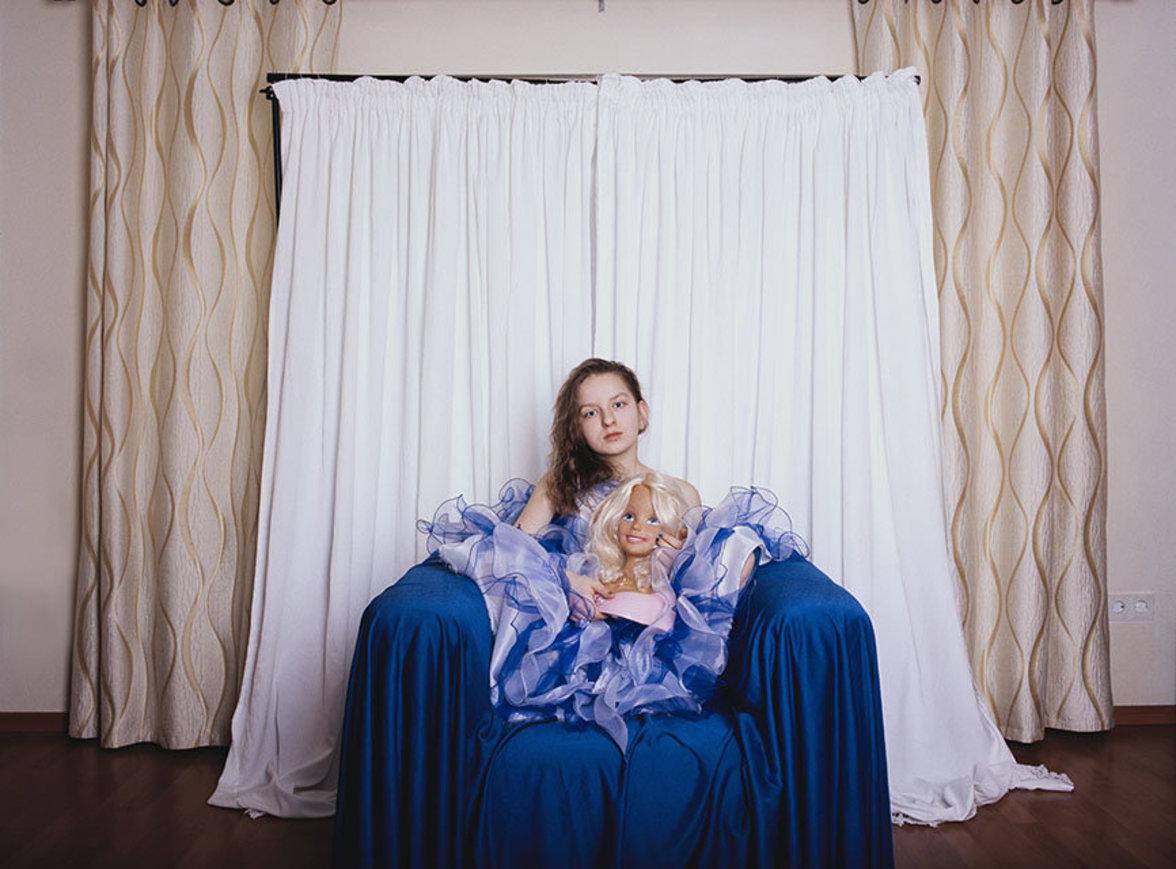 Kinder von Spätaussiedlern sind Teil zweier Kulturen. Aus der einen mag man zeitweise herauswachsen, ähnlich wie das Mädchen aus ihrem Kleid.