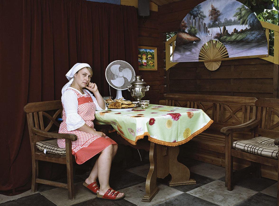 Alle Beteiligten hat sie in ihrem persönlichen Wohnumfeld portraitiert, und gewährt dadurch einen privaten Einblick in die Lebenswelten der Menschen.