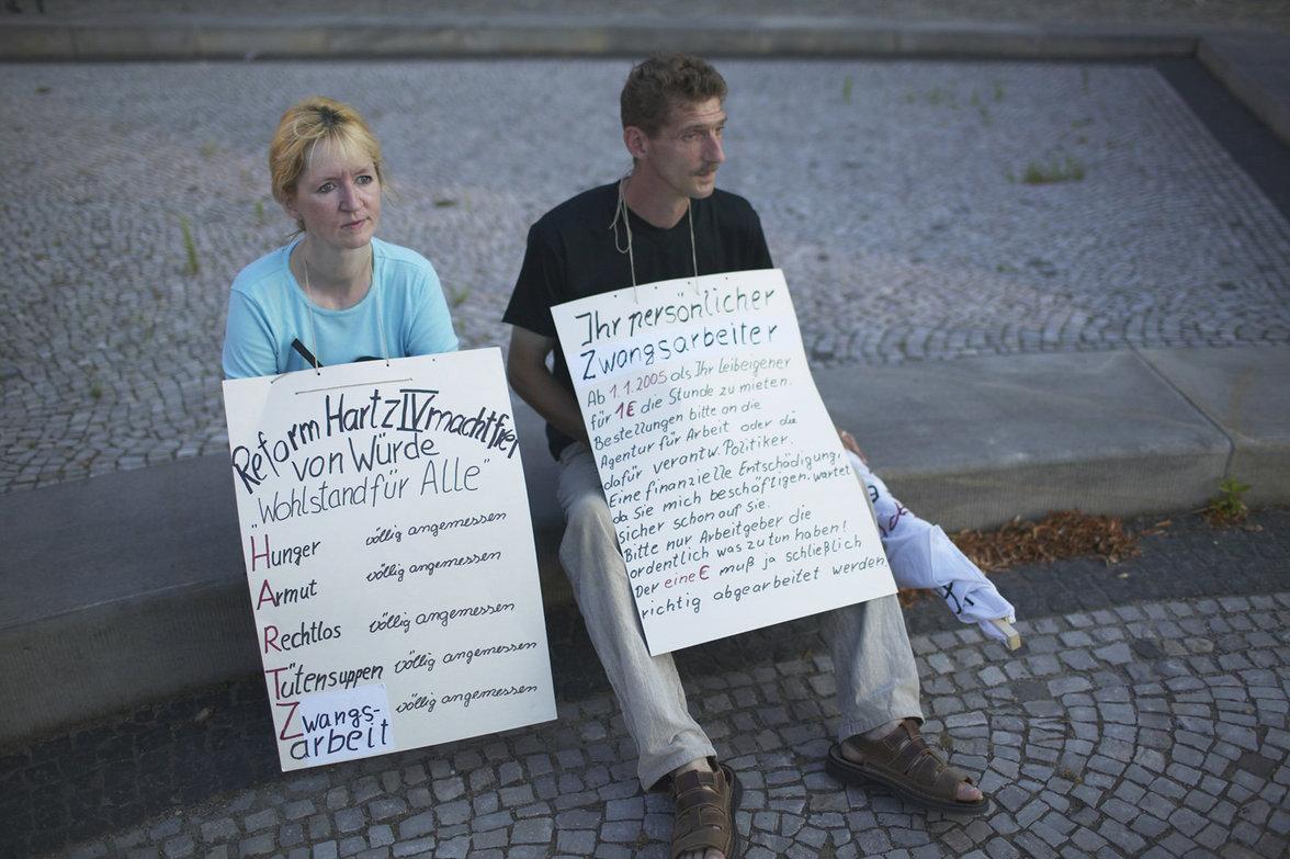 Montagsdemonstration (gegen Hartz IV), Magdeburg, Sachsen-Anhalt, August 2004 ( Foto: Maurice Weiss/OSTKREUZ ) (Foto: Maurice Weiss/OSTKREUZ)