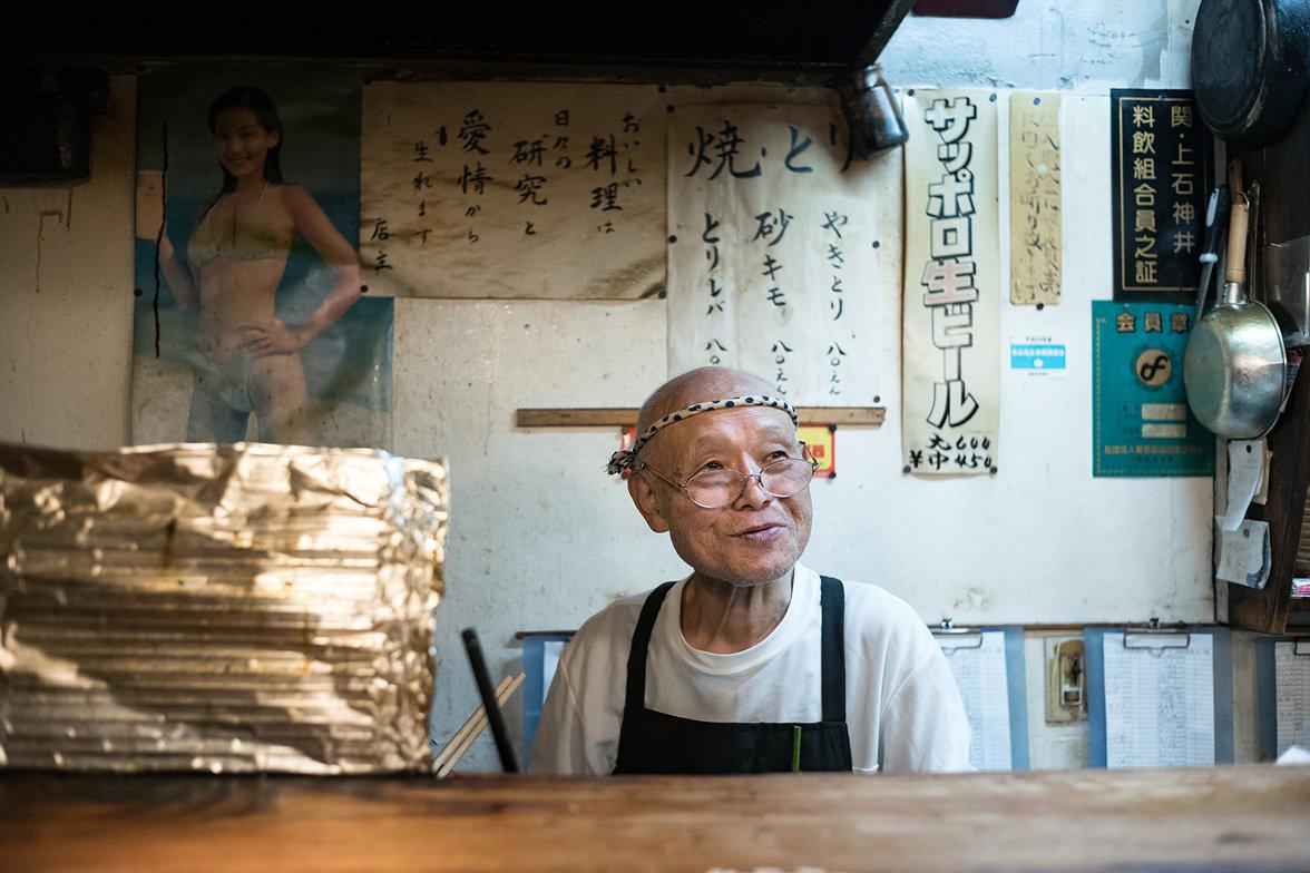 Rentner in einem Imbiss in Tokio