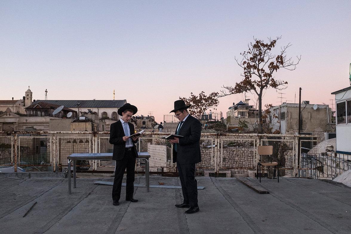 Chassidische Juden singen Psalme auf einem Dach in Jerusalem