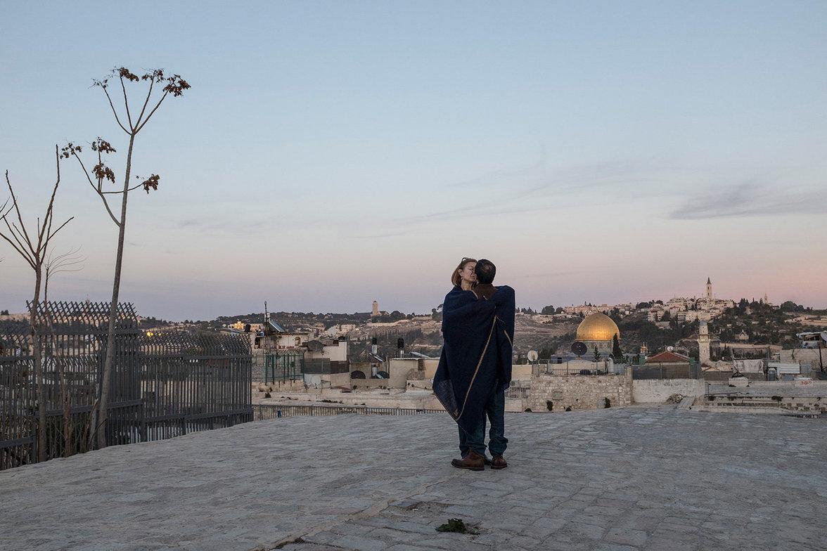 Ein Pärchen küsst sich vor der malerischen Kulisse der Altstadt.