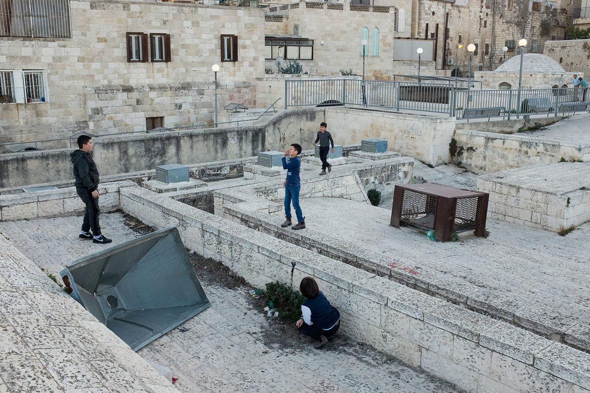 Palästinensische Kinder spielen auf den Dächern der Stadt.