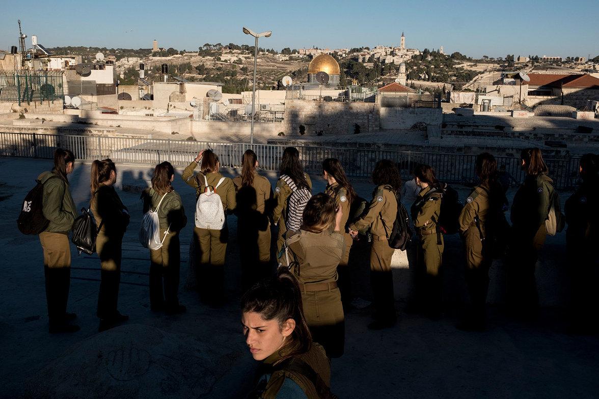 Für den Geschichtsunterricht über die Altstadt gehen israelischer Soldatinnen auf die Dächer.