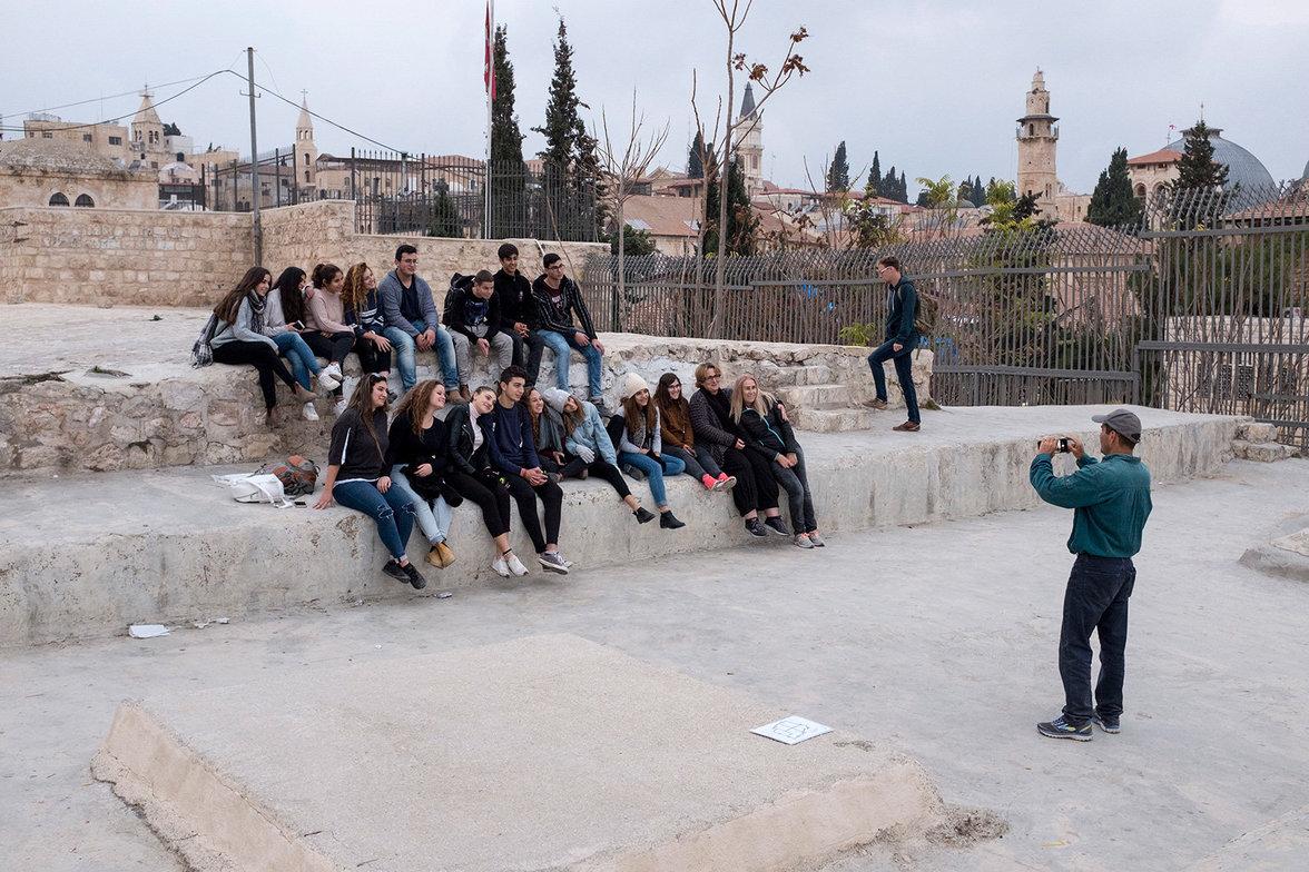 Ein Gruppenfoto wird während eines Spaziergangs auf den Dächern gemacht.