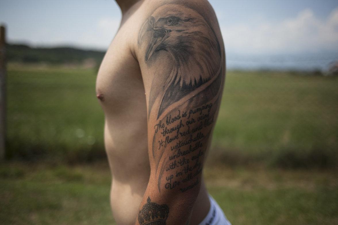 Nackter Oberarm mit Weißkopfseeadler-Tattoo