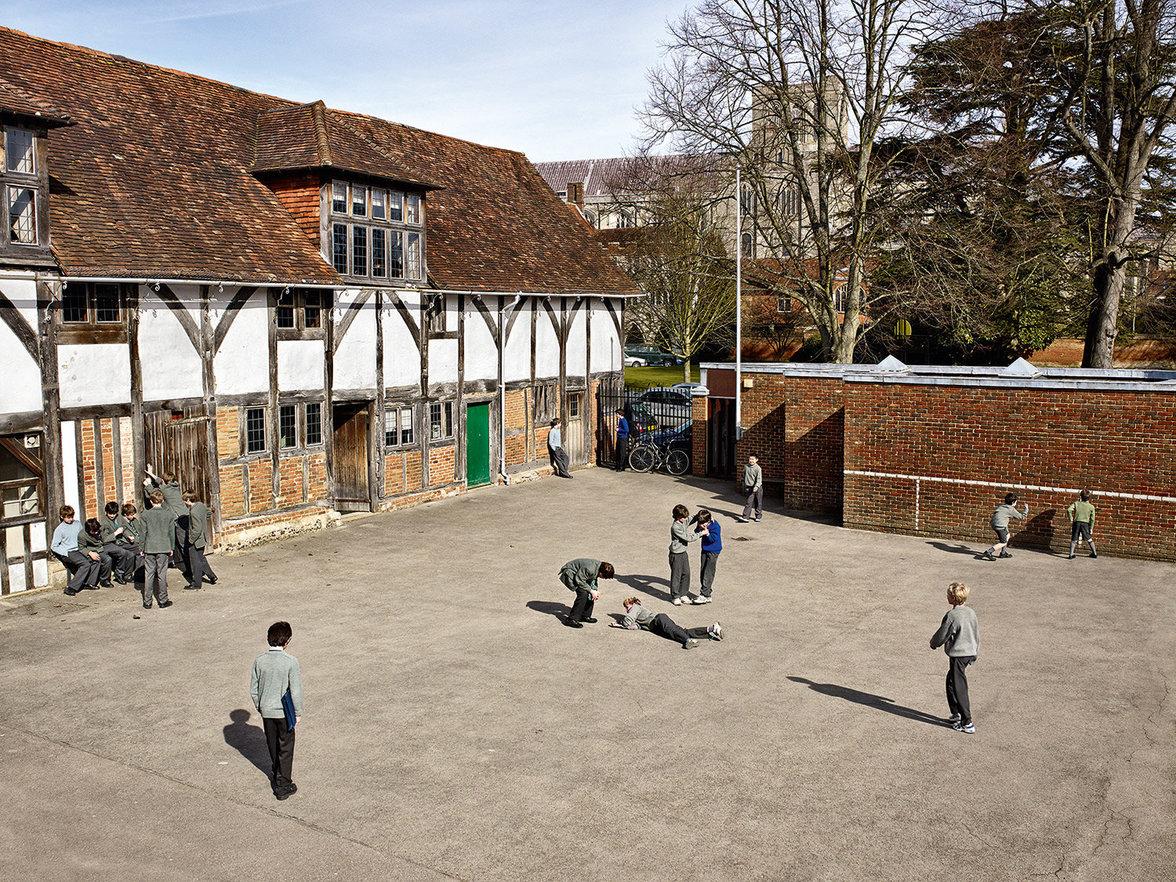 Kinder spielen auf einem Schulhof in Großbritannien