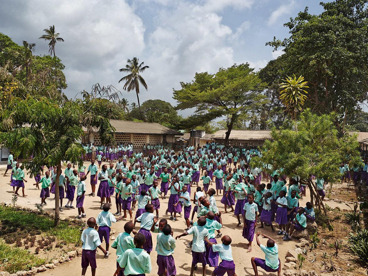 Schüler spielen auf einem Pausenhof in Kenia