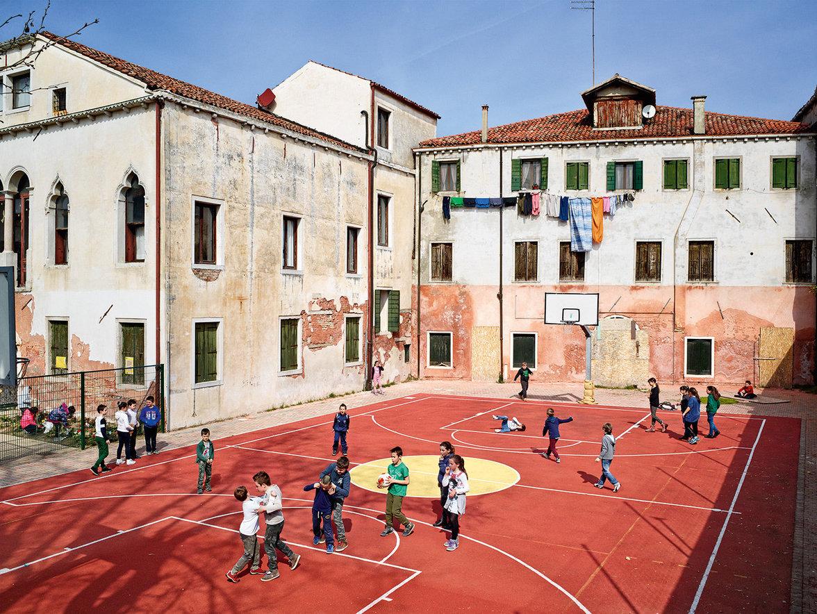 Schüler spielen auf einem Pausenhof in Italien