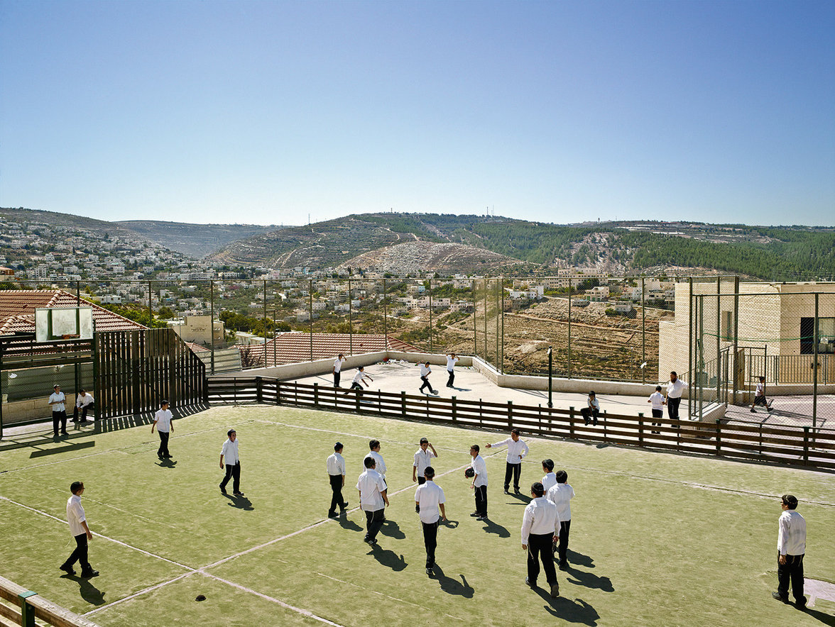 Kinder spielen auf einem Schulhof im Westjordanland
