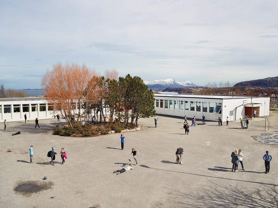 Kinder spielen auf einem Schulhof in Norwegen
