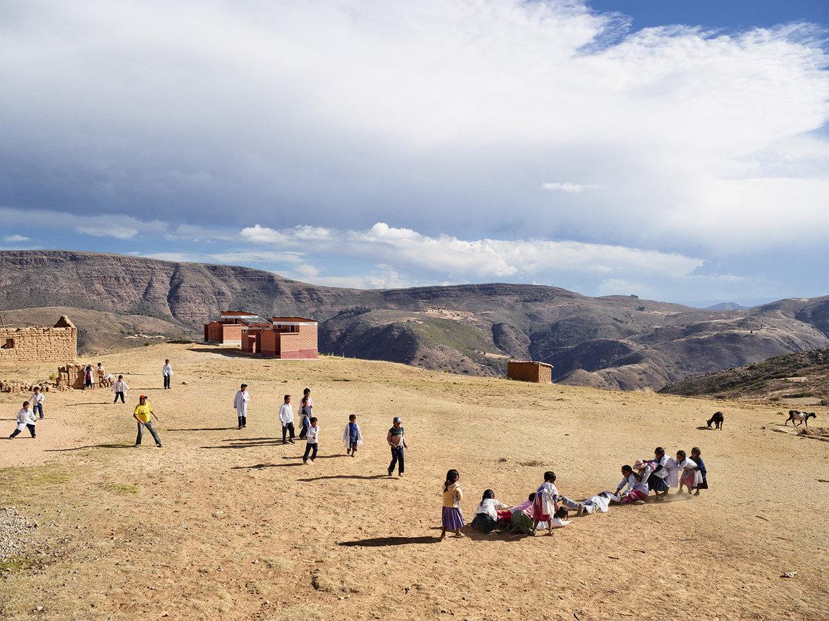 Kinder spielen auf einem Schulhof in Bolivien