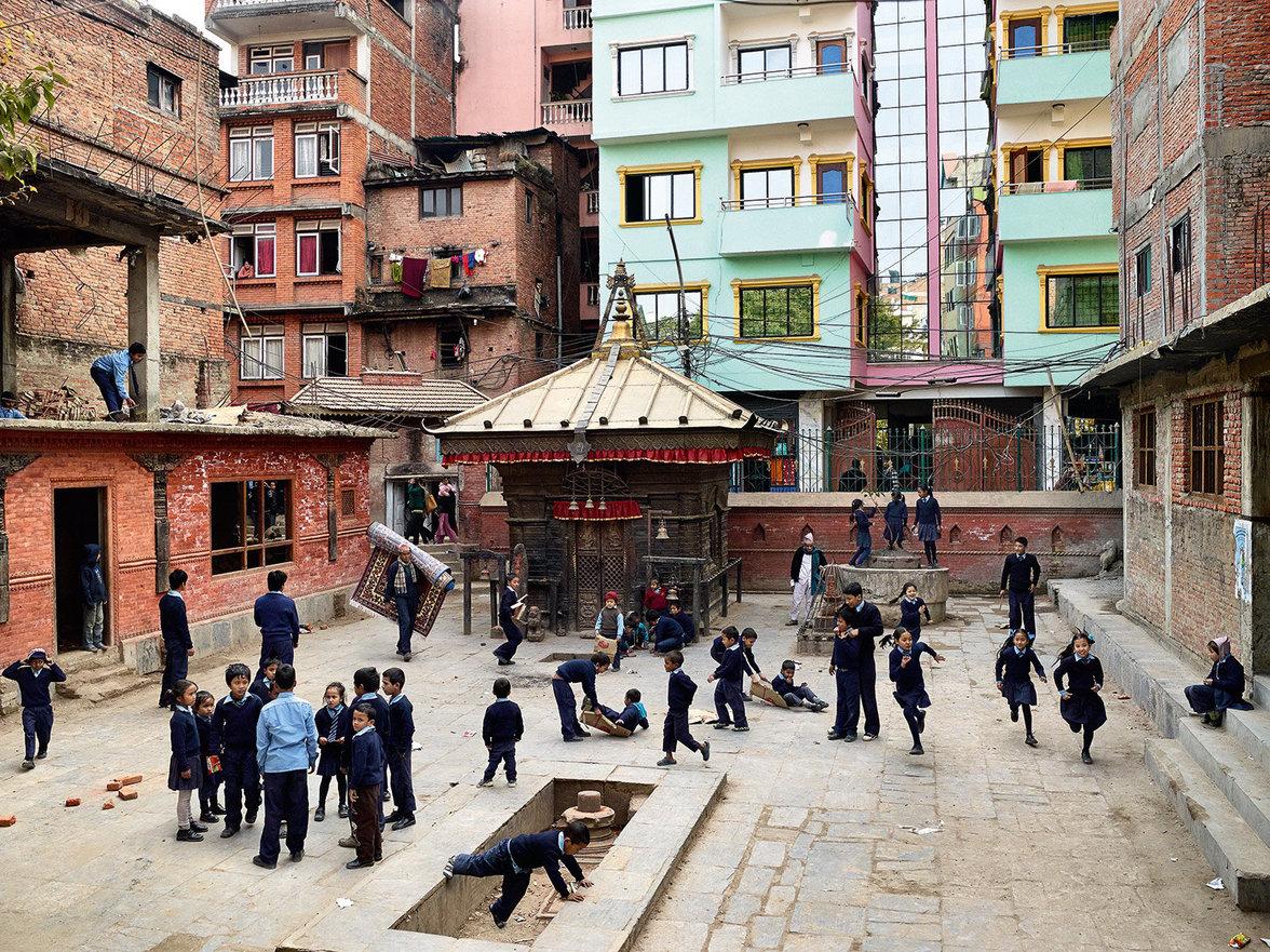 Kinder spielen auf einem Schulhof in Nepal