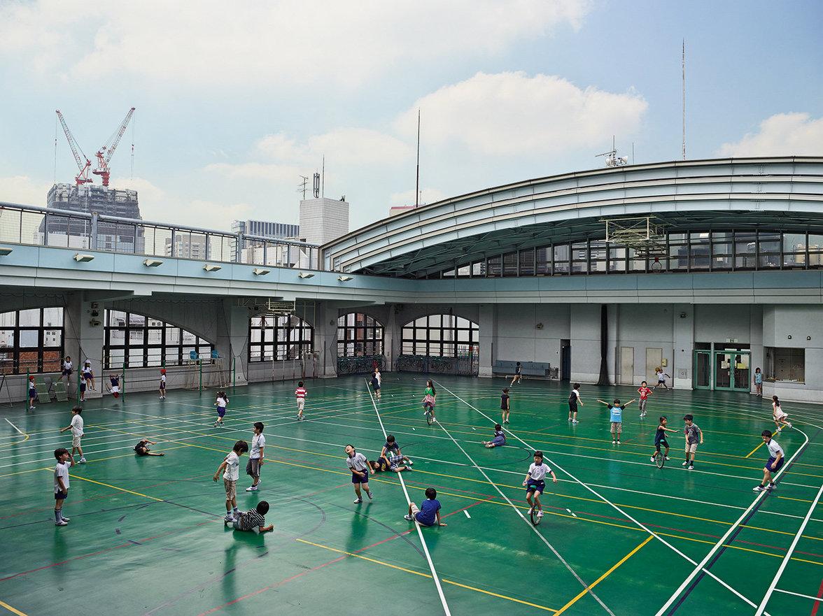 Kinder spielen auf einem Schulhof in Japan