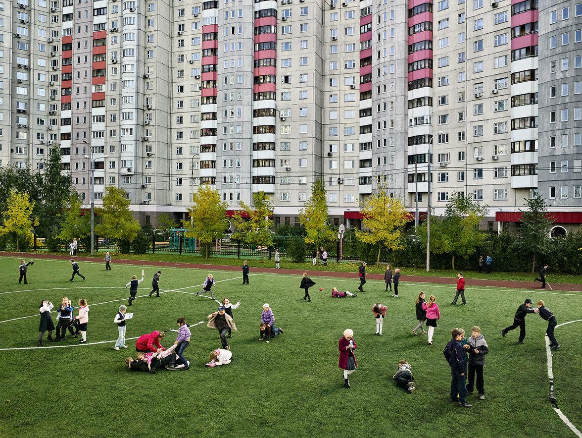 Kinder spielen auf einem Schulhof in Russland
