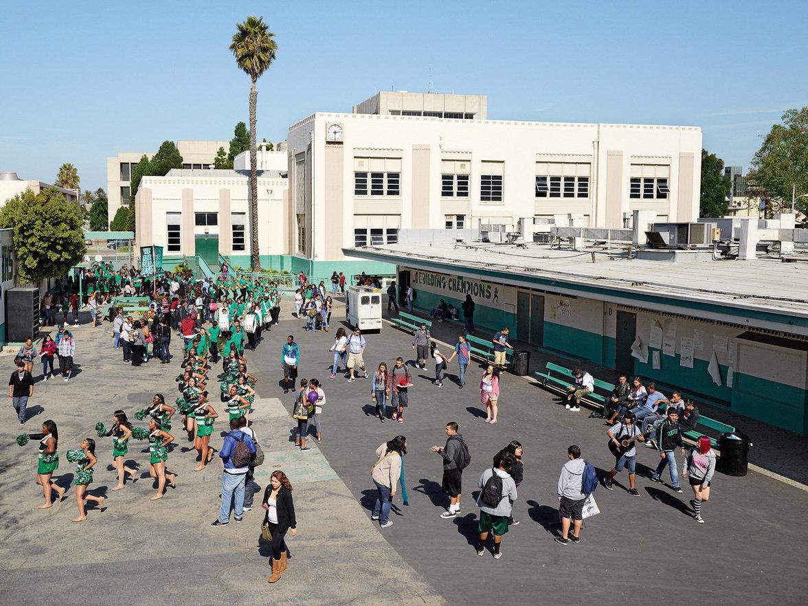 Kinder spielen auf einem Schulhof in den USA