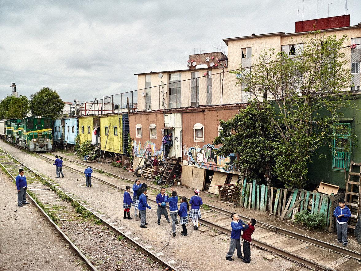 Kinder spielen auf einem Schulhof in Mexiko