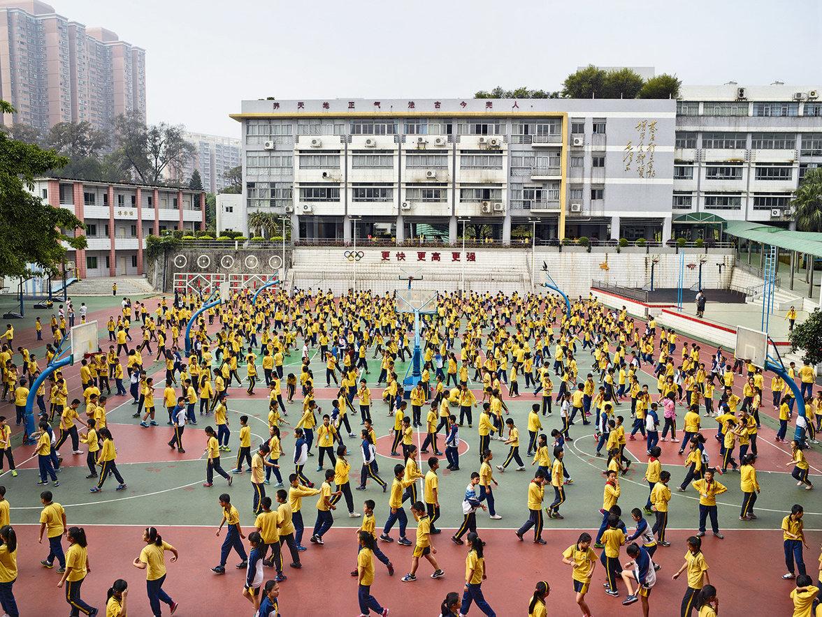 Kinder spielen auf einem Schulhof in China