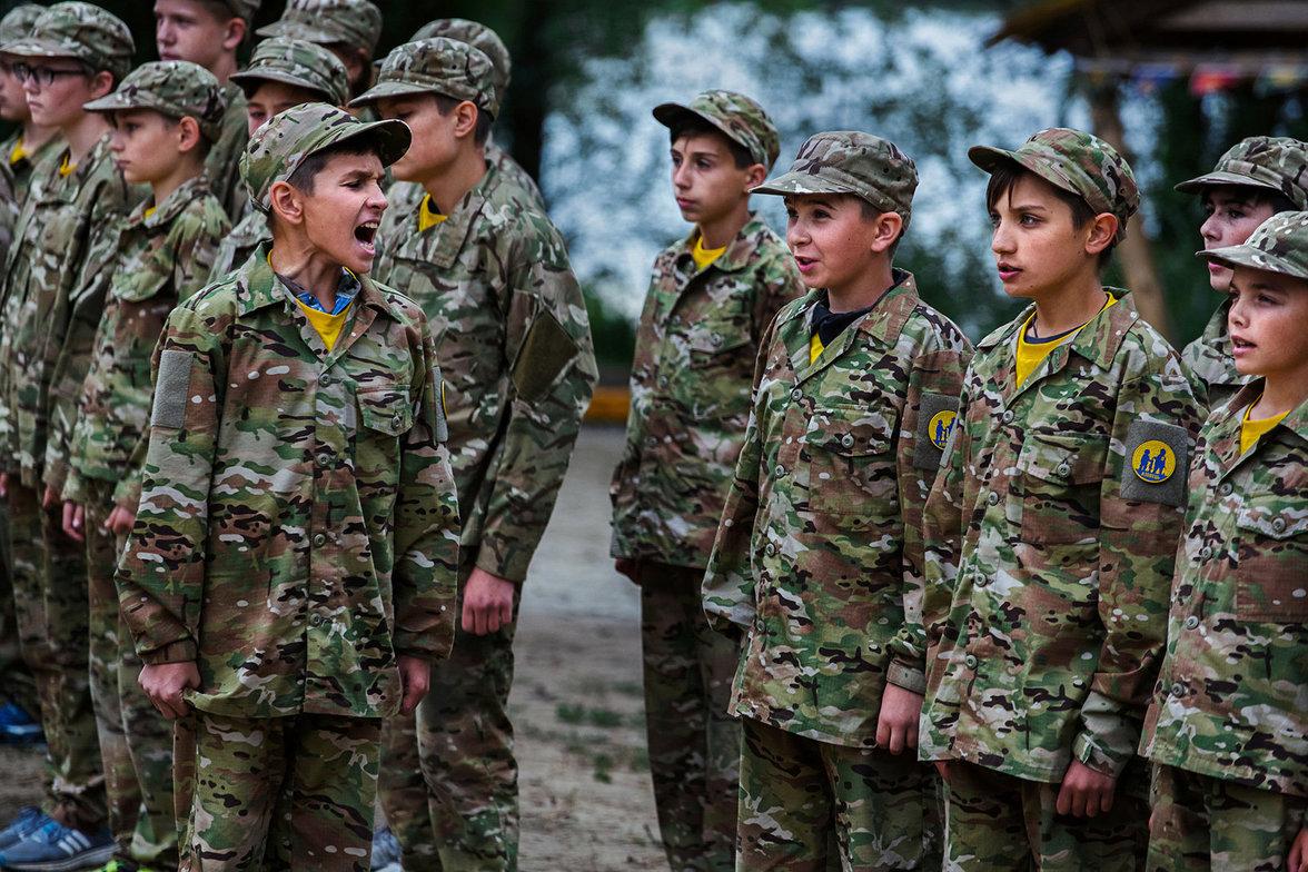 Jungen in Militärkleidung stehen in einer Reihe
