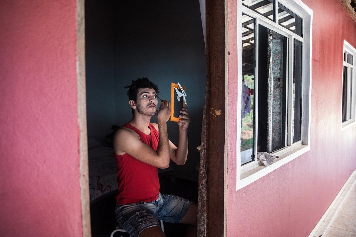 Ein Junge schminkt sich in Noiva do Cordeiro