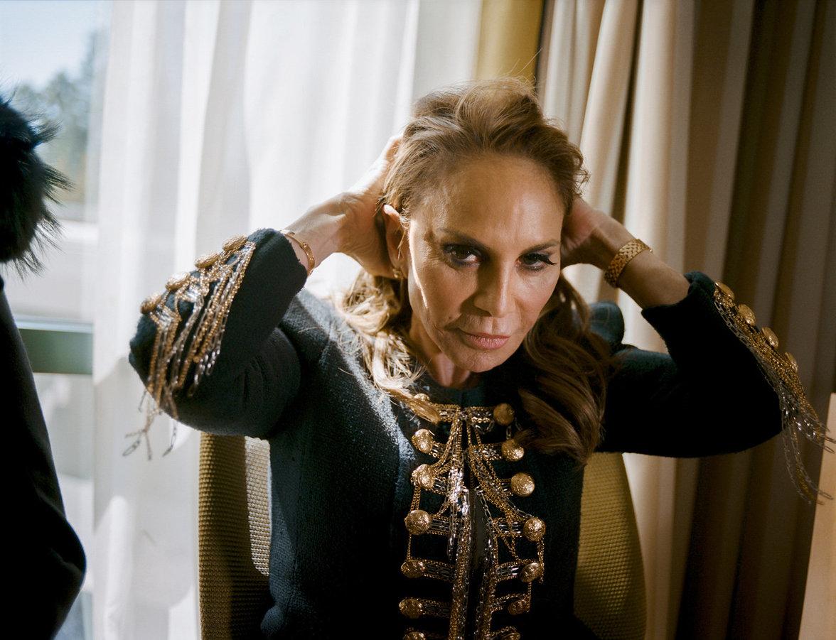 Die Islamfeindin Pamela Geller streicht sich über die Haare