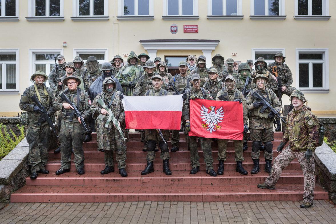 Das obligatorische Gruppenbild der Strzelec-Einheit am Ende einer Übung. In der Mitte die polnische Flagge. Rechts die Flagge der Woiwodschaft Masowien